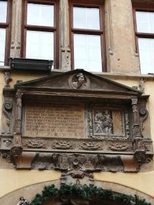"""Vue d'en bas du fronton avec l'inscription et un bas-relief sur la """"Mort"""", Maison Kiener à Riquewihr en Alsace"""